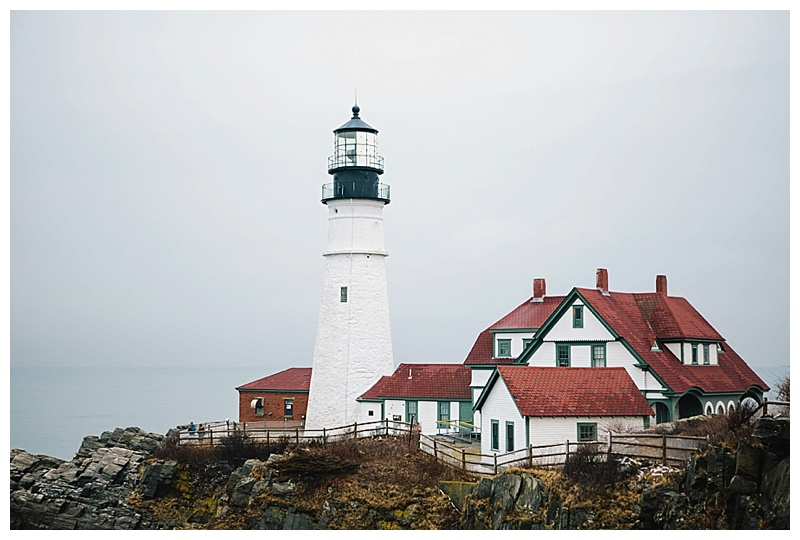 Maine_wedding_photographer_Portland_CapeElizabeth_FortWilliams_lighthouse_Headlight_engagement-001
