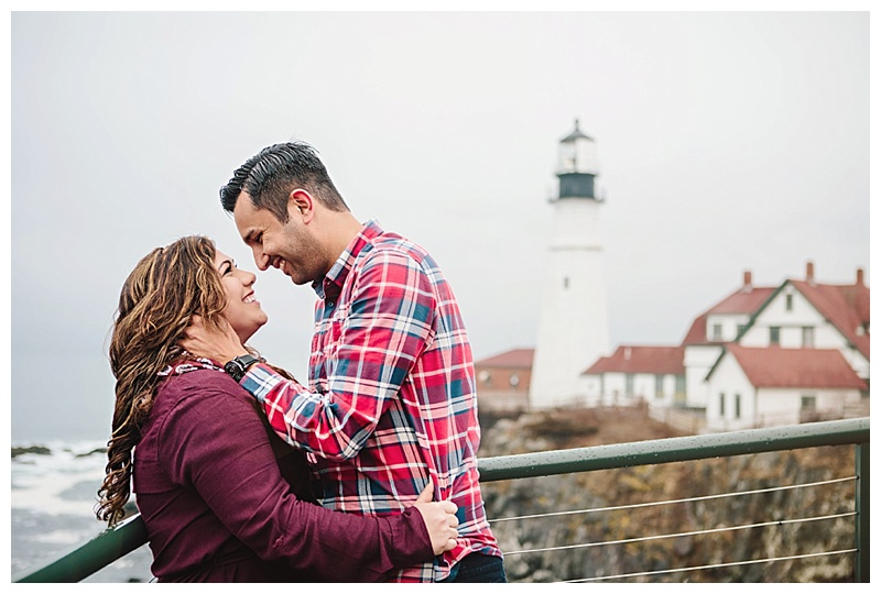 Maine_wedding_photographer_Portland_CapeElizabeth_FortWilliams_lighthouse_Headlight_engagement-004