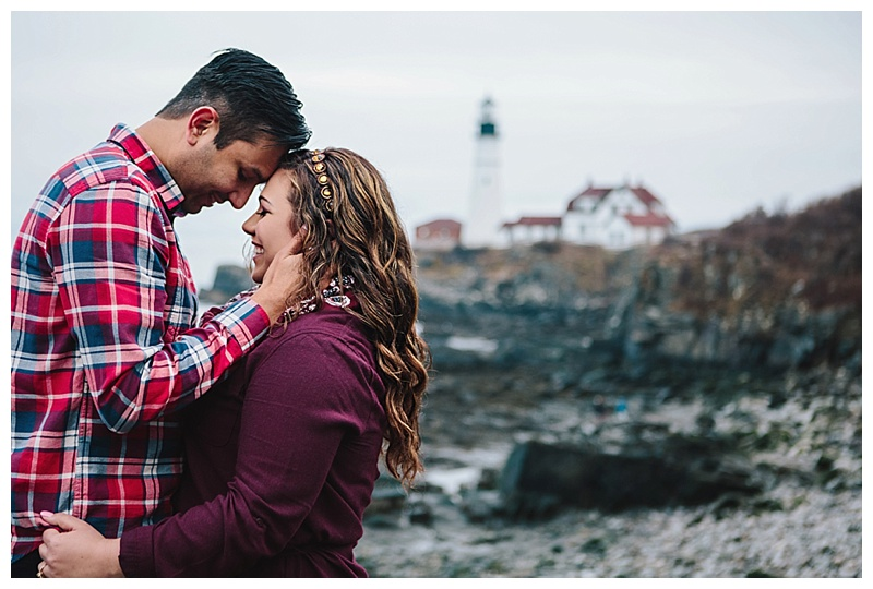 Maine_wedding_photographer_Portland_CapeElizabeth_FortWilliams_lighthouse_Headlight_engagement-006